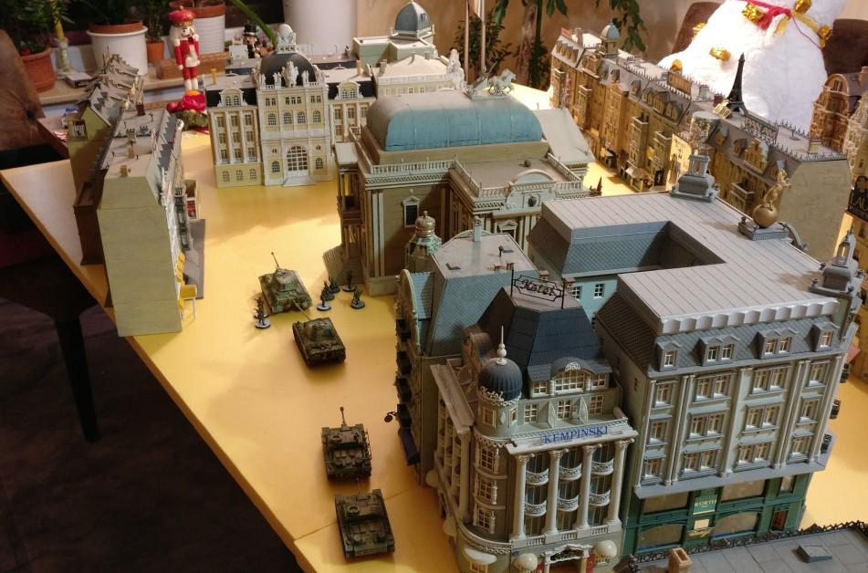 In den Seitenstraßen sammelt sich Widerstand der Wehrmacht. Panther, StuGs und Panzergrenadiere arbeiten sich vor.