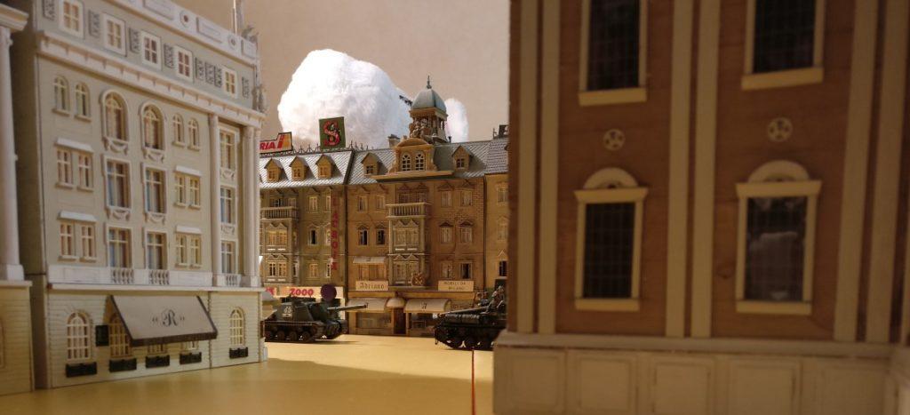 Hier der Blick aus der Position hinter der Häuserecke auf die vormarschierenden Rotarmisten.