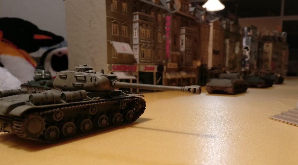 Auf der Prachtstraße ist es der Roten Armee leicht, vorzurücken. Es wäre auch noch genügend Raum, begleitende Infanterie mitzuführen.