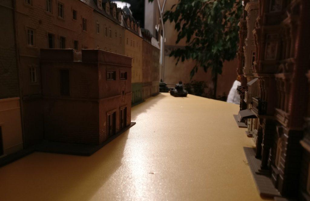 Vorsprünge an vielen Gebäuden geben den Truppen Deckung in den oft ein bis zwei Meter langen Straßenfluchten.