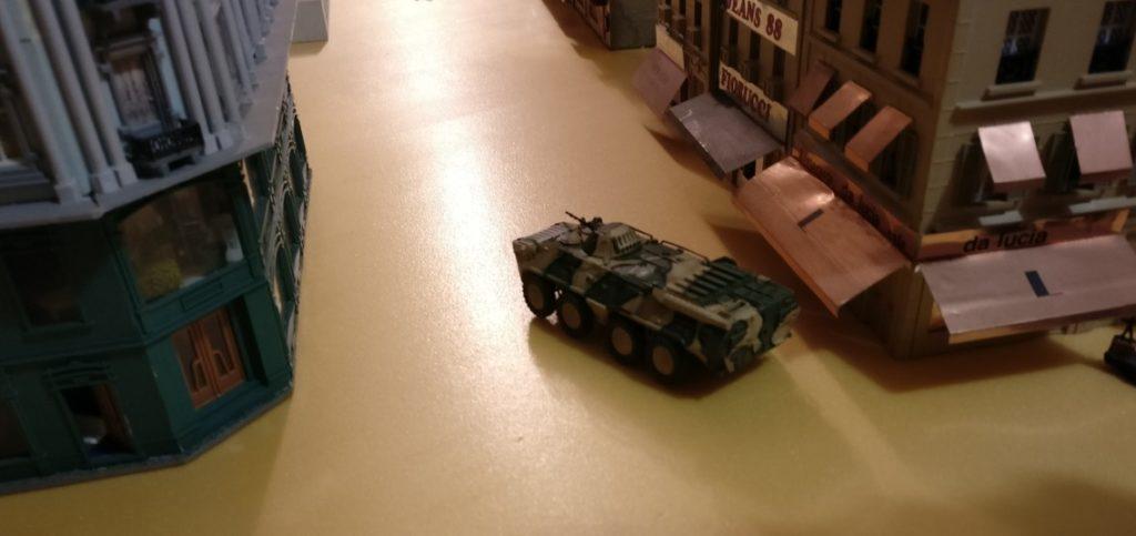 Der rote 8-Rad-Panzer macht sich vor der Kulisse der Stadthäuser nicht schlecht.