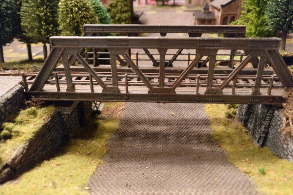 """Die Eisenbahnbrücke auf der Spielplatte für PBI / Poor Bloody Infantry """"Schnapsfabrik Nastrovje"""". Würden Verstärkungen der Roten Armee per Bahn eintreffen?"""