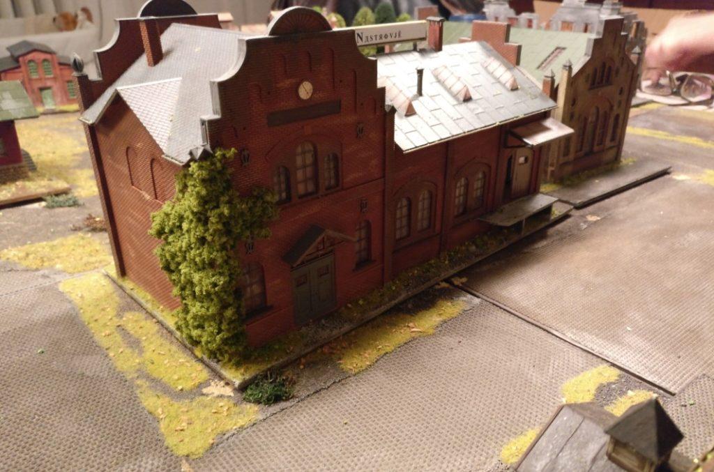 """Das Kesselhaus der """"Schnapsfabrik Nastrovje"""". Die  Spielplatte für PBI / Poor Bloody Infantry weist einen großen Bestand an Gebäuden auf, die ein abwechslungsreiches Spiel erwarten lassen."""