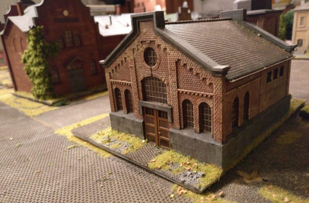 """Das Dickmaisch-Gebäude der """"Schnapsfabrik Nastrovje"""". Es liegt dem Kesselhaus genau gegenüber. Zwischen beiden lässt die  Spielplatte für PBI / Poor Bloody Infantry Platz für einen möglichen Panzervorstoß der Roten Armee."""