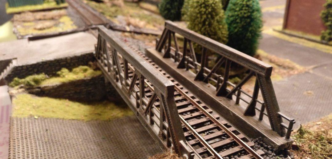 Die Eisenbahnbrücke auf der Spielplatte für PBI / Poor Bloody Infantry führt an der Schnapsfabrik vorbei. An ihr ist ein kleiner Haltepunkt gelegen, an welchem früher die Arbeiter der Fabrik aus dem Zug stiegen.