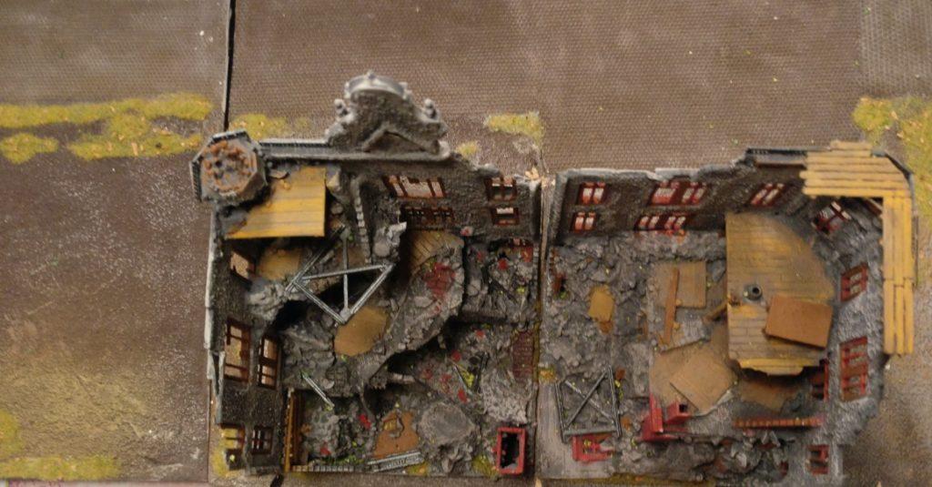 Die fast völlig zerstörte Ruine des Wohngebäudes. An das Areal der Schnapsfabrik grenzt ein Wohngebiet an, welches vor kurzem von den Flugzeugen der sowjetischen Luftwaffe beharkt wurde. Das Wohngebäude brannte nieder, nur die Außenmauern blieben erhalten.