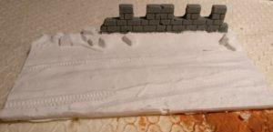 """Die vierte Squad-Base """"Winter"""" mit Räderspuren im Schnee vor einer Ruine"""