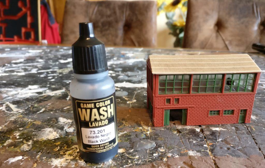 Der Game Color 73.201 Black Wash hilft beim Bau (Aufhübschen) von Industriehallen.
