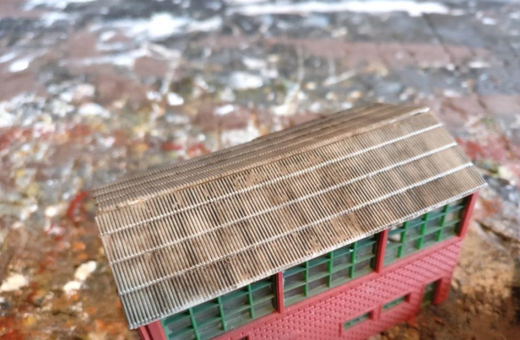 Der Game Color Black Wash kommt überall drauf. Aufs Dach wie hier beispielsweise.