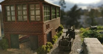 Bau von Industriehallen: Sturmi hübschte einen alten Simpel-Bausatz einer Werkshalle auf.