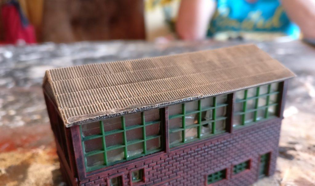 Und hier das Dach der Industriehalle nach dem Trockenbürsten mit Beige.