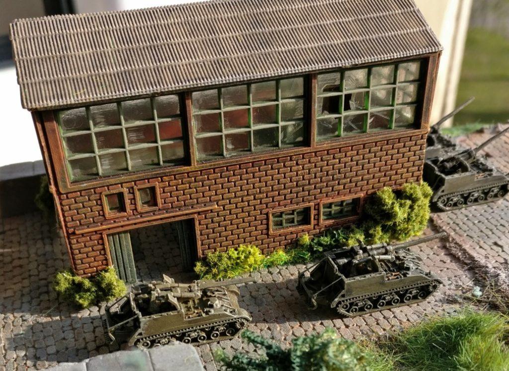Abgeschlossener Bau von Industriehallen: in der Sonne haben die GIs gut Lachen.