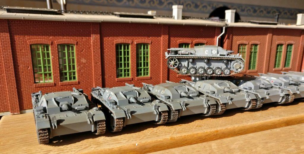 Größenvergleich: Fabrikhalle mit Laufkran für Montagelinie von Panzerfahrzeugen (deutsche StuG III)