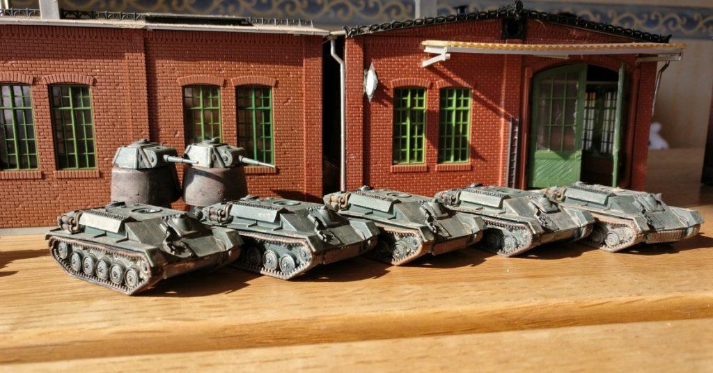 Größenvergleich: Fabrikhalle mit Laufkran für Montagelinie von Panzerfahrzeugen (russische T-70)