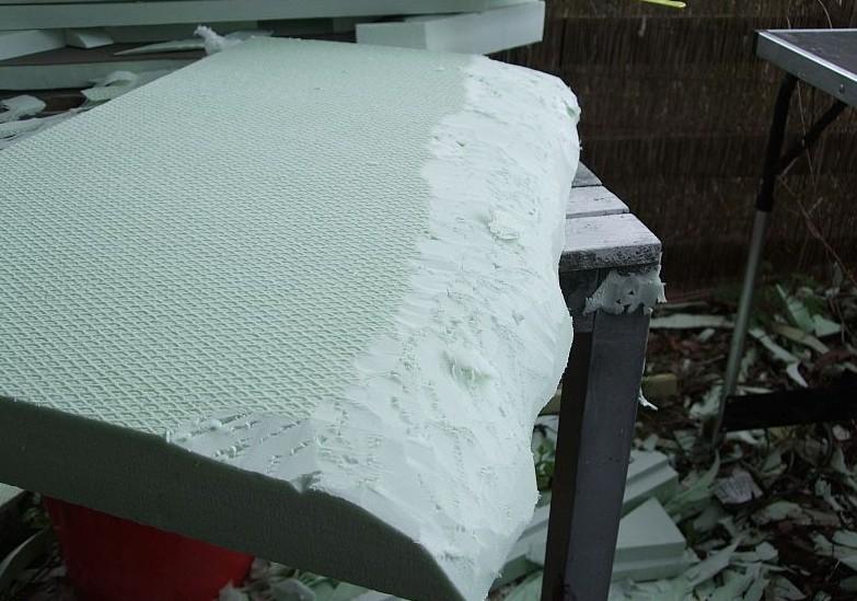 Die Gegenstücke zur Kanalmauer werden wie gehabt erst grob mit dem Bastelmesser zurechtgeschnitten. Später werden sie dann plangeschliffen.