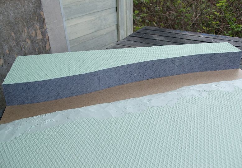 Fertig montiert. Wie schon bei der Schelde und bei Wake-Island dienen hier MDF-Platten als Träger. Die MDF-Platten bilden dann auch gleich die Wasseroberfläche.