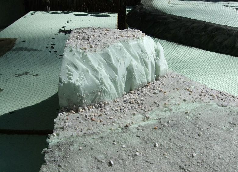 Kleinere Felsbrocken und -bröckchen hat es auch in der Umgebung von Gilroys Hafen.