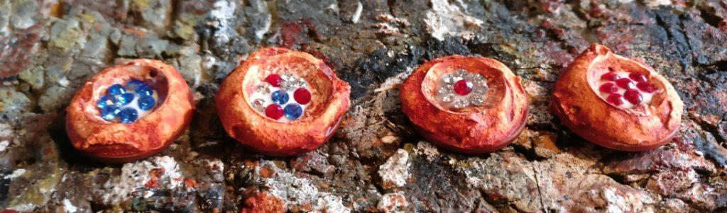 Hier sind die gefüllten Schatznester. Farblich sortiert für Edelsteinexperten jeglicher Couleur.
