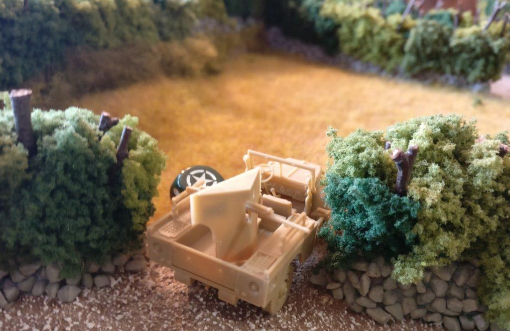 Der Truck mit der Pak geht hinter der Hecke in Stellung. Von hier aus bestreicht er die gesamte Straße bis zu den deutschen Stellungen.