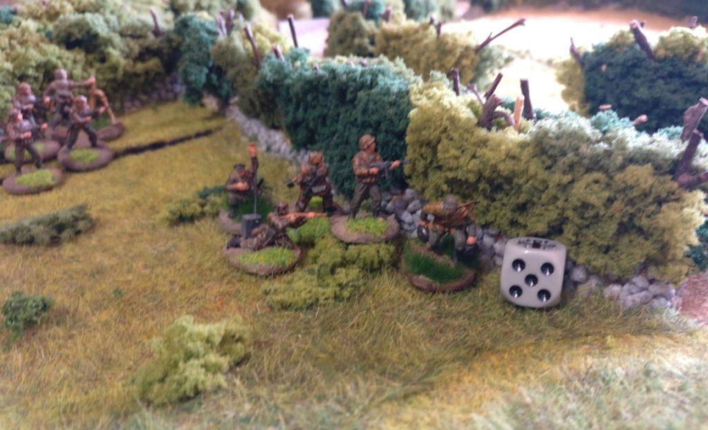 Der Schützentrupp in Spielfeldmitte bewegt sich ebenfalls in Richtung Öffnung in der Bocage-Hecke.