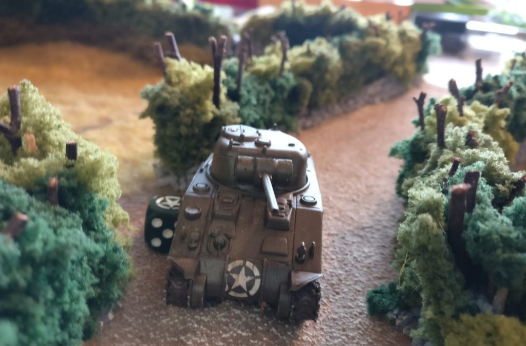 Der US-Sherman rollt den Hohlweg entlang. Noch ist dies gefahrlos möglich, da keine feindlichen Grenadiere in der Nähe sein können.