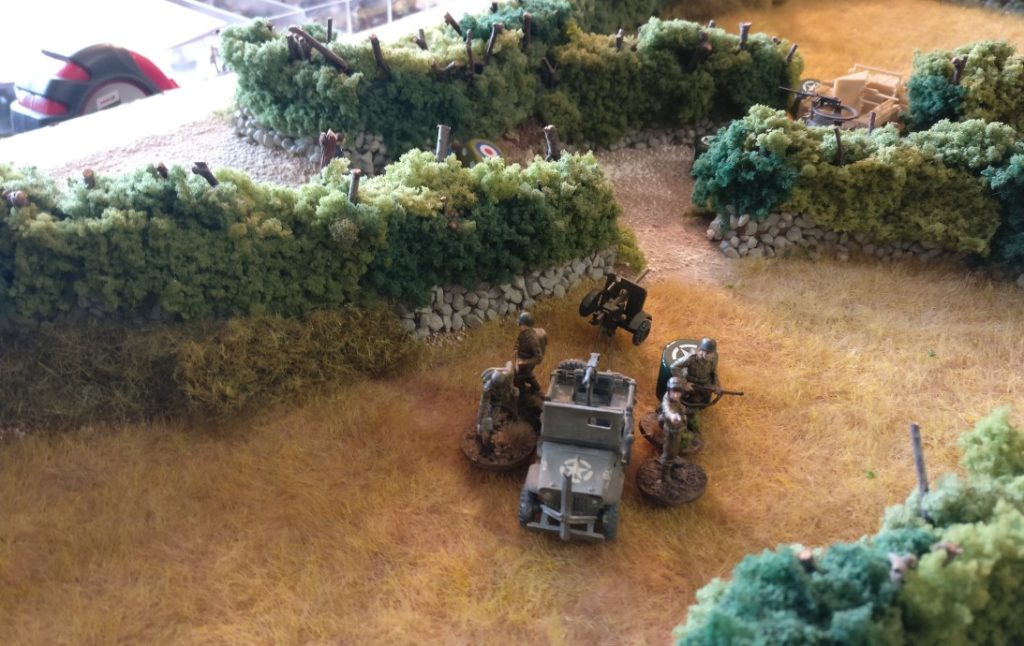 Zwei Trupps sind auf dem Jeep aufgesessen. Der Jeep nimmt sie mit hinter die Hecke, zieht die Pak ebenfalls mit.