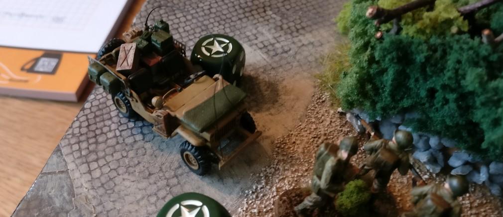 Ein weiterer US-Jeep rollt hinter den Trupps drein.