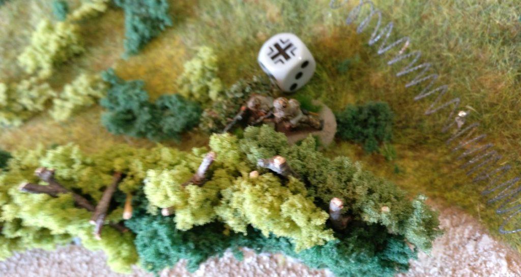 Auf dem rechten deutschen Flügel zieht der MG-Trupp hinter die Hecken zurück. Der nahende Schörmi flößt doch Respekt ein.