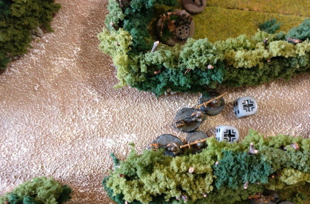 Der zweite Panzerabwehrtrupp bewegt sich ebenfalls auf die Landstraße