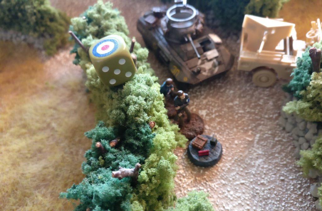 Die Kämpfer der Résistance  drängen sich am M8 Greyhound vorbei. Als Zivilisten haben sie den Vorzug, sich unbedenklich der deutschen Stellung nähern zu dürfen.