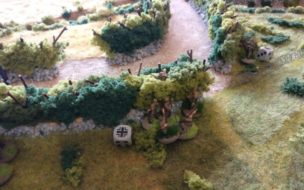 Der Schützentrupp in Spielfeldmitte zieht weiter Richtung Heckenöffnung.