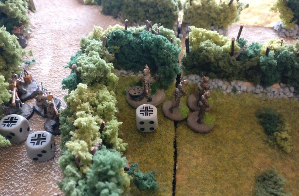 Der Granatwerfer-Trupp bleibt untätig hinter seiner schützenden Bocage-Hecke.