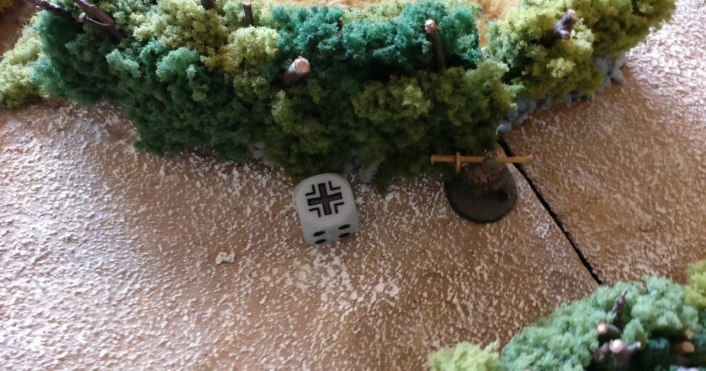 Der M8 Greyhound nimmt den Panzerabwehrtrupp unter Feuer. Der Ladeschütze fällt.