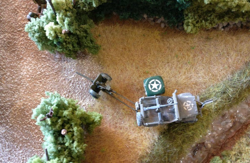 Der Jeep zieht vor bis an den Bachlauf, kuppelt die Pak ab. Dann nimmt er die Grenadiere außerhalb des Tobruk-Bunkers unter Feuer.