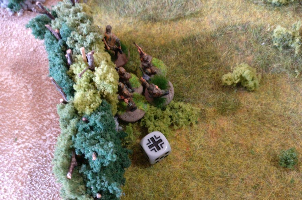 Der Grenadiertrupp versucht, den anbrausenden US-Schörmi hinter der Bocage-Hecke zu umgehen.