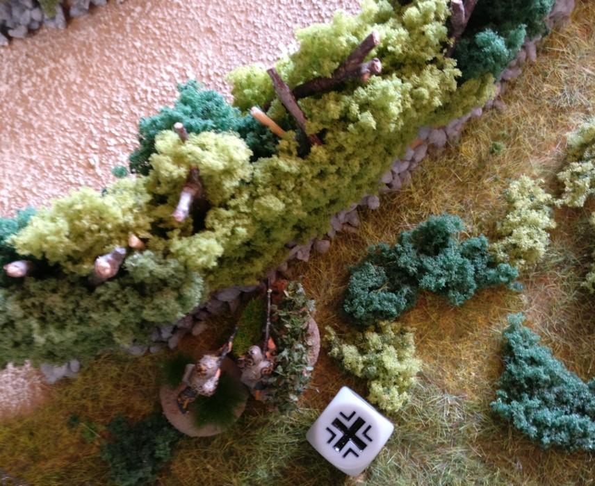 Der MG-Trupp bewegt sich in Deckung der Bocage.