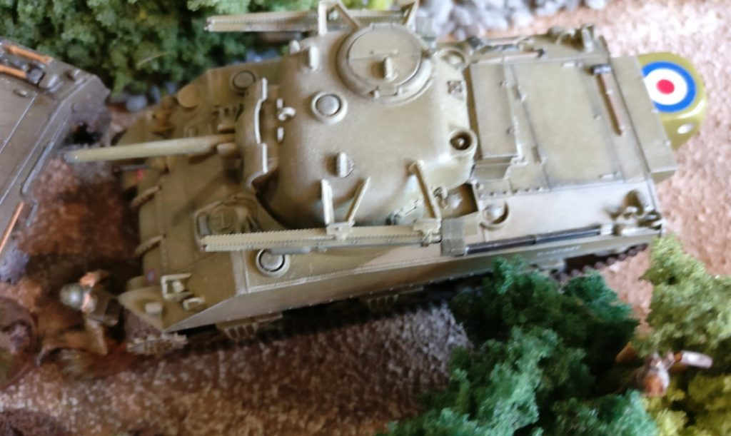 Der Schörmi feuert eine ungelenkte Rakete auf den MG-Trupp ab.