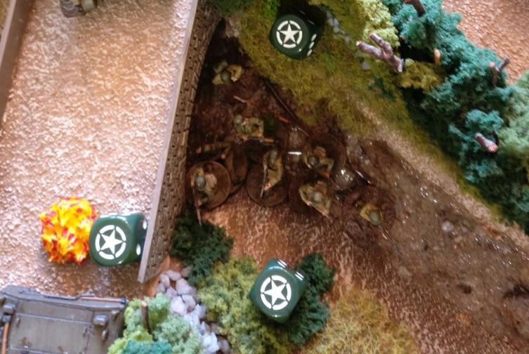 Ein US-Trupp spingt ins Bachbett.