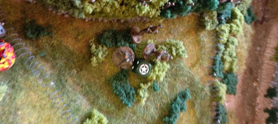 Die US Infanteristen ziehen hinter den Bocage-Hecken vor. Sie können jedoch den Kontakt zu den Panzern noch nicht herstellen.