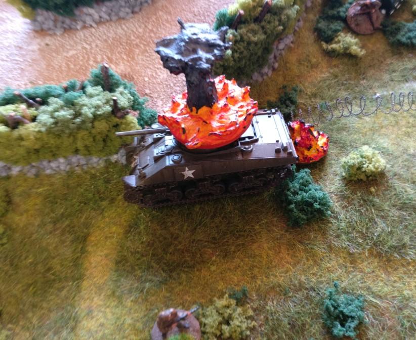 Ein deutscher Panzergrenadier nimmt sich ein Herz und attackiert den Schörmi mit einer Sprengladung.  Geschafft!