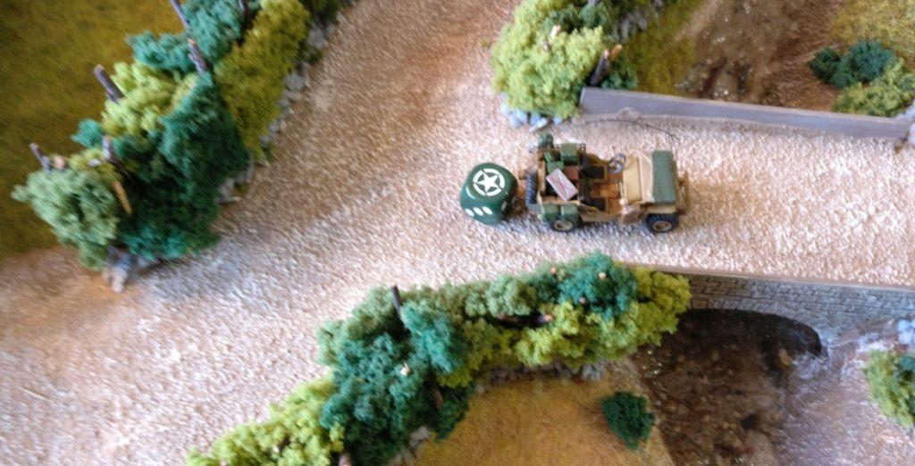 Der Jeep setzt vor. Man plant, die deutschen Truppen zu überrollen.