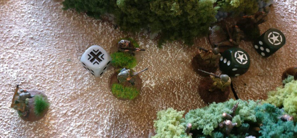 Die Bediener des Granatwerfers verlassen das schwere gerät und werfen sich mit ihren Karabinern in die Schlacht.