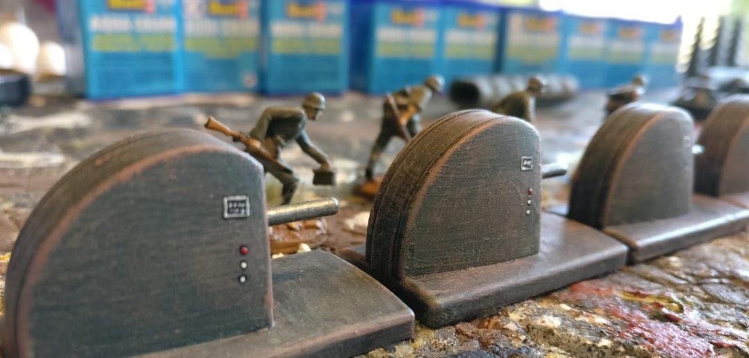 Die Typenschilder der Werkzeugmaschinen sind leider schwer zu lesen. Die kyrillischen Buchstaben sind nicht perfekt gelungen. Die Knöpfe der Maschinenbedienung wurden nach Gusto angebracht.