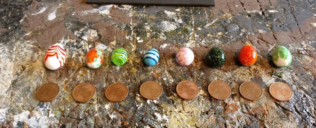 Der Bau der Schatz Marker beginnt mit dem Bereitstellen der 5-Cent-Stücke.