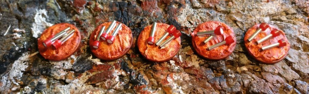 Jeweils drei Taschenlampen werden auf eine Base (5-Cent-Stücke) geklebt.