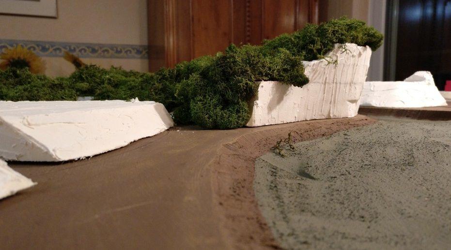 """Das Flußbett des Mekong wurde zunächst provisorisch """"braungrün"""" bemalt. Später wird das Flußbett noch mit Stewalin (eine Gipsart) ausgegossen."""