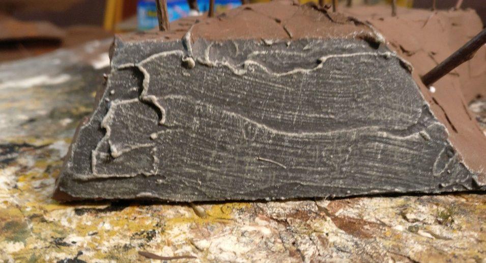Geländestücke werden zum Plattenrand hin abgeschnitten - und mit einem optisch passenden Abschluss versehen. Hier ist dies eine Felsoberfläche.