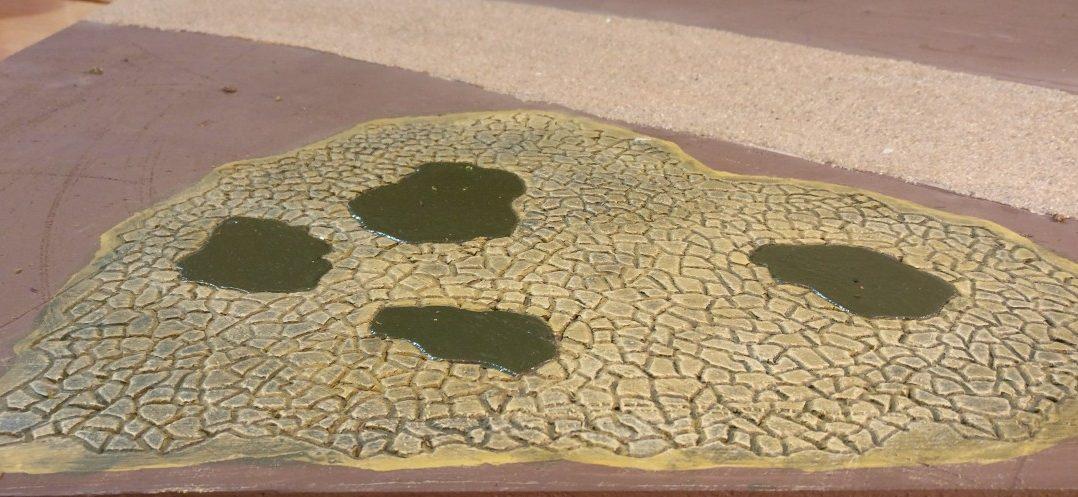 Der Tempelbereich nach dem Trockenbürsten der Oberfläche. Der Kontrast der Steinplattenoberflächen zu dem Grün der Zwischenräume und der Teiche wurde noch verstärkt.