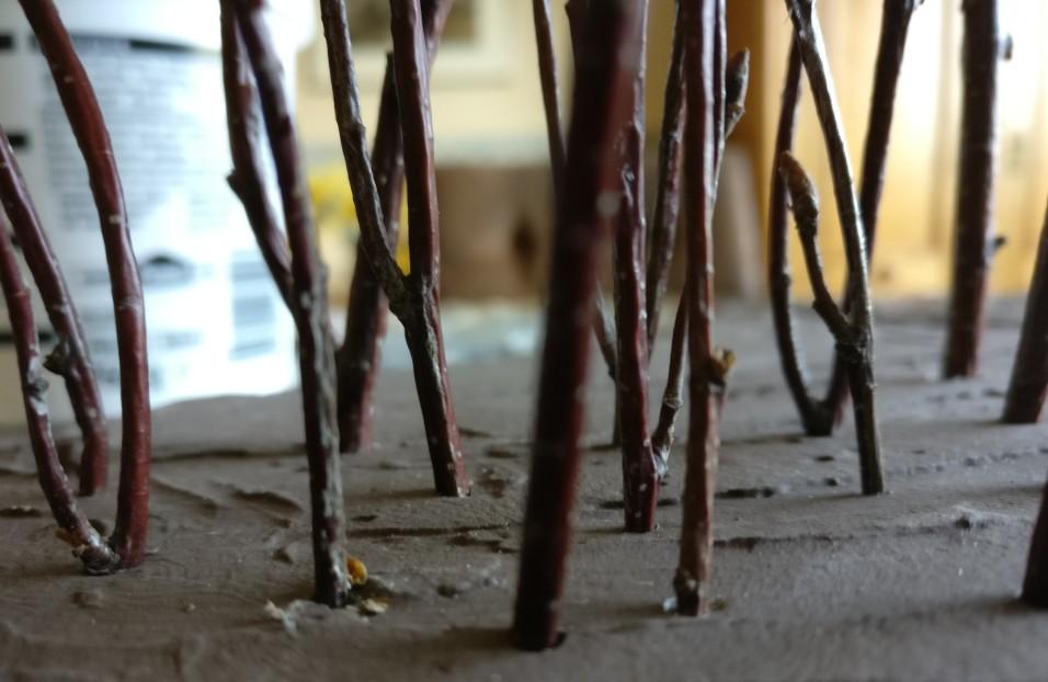 """Spitzt man die """"Baumstämme"""" vor dem Einrammen an, benötigt man zumeist keinen Kleber für die Begestigung."""