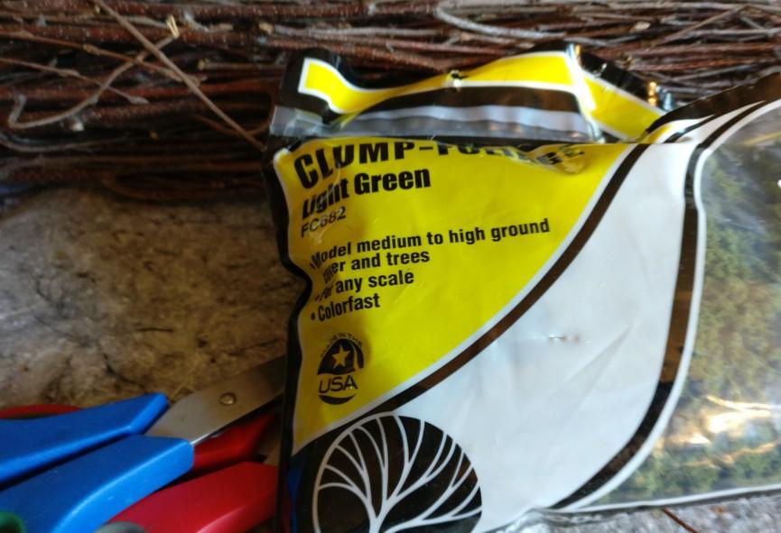 Für die Begrünung des Bodenstücks direkt neben dem angeklebten Moosstreifen nehmen wir Clump-Foliage.